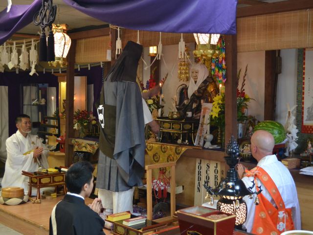 Rev Zeniku Toda blesses the statue of Nichiren Shonin. Also pictured, left to right, Rev Nichiyu Hanya, Shami Zensai Toda, Rev Kanjin Cederman