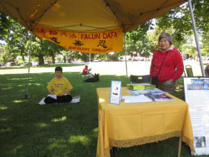 People meditating at the Oregon Falun Dafa Association