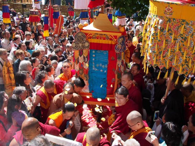 The palanquin bearing the Thudkam, the body of H.H. Dagchen Rinpoche, arriving at Sakya Monastery. On the left carrying the palanquin are H.E. Khondung Asanga Vajra Rinpoche, H.E. Dhungsey Zaya Vajra Sakya, H.E. Dhungsey Minzu Sakya. Also on the left, in glasses and dark hair, is H.E. Khondung Avikrita Vajra Rinpoche
