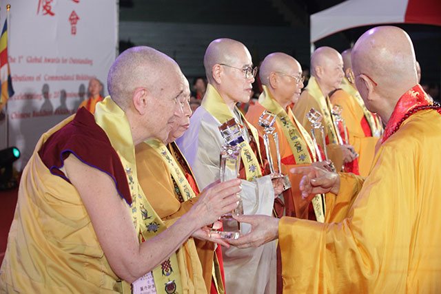 Venerable Thubten Chodron receives the Global Bhikkhuni Award from the 90-year old chairman of the Chinese Buddhist Association, Venerable Jen Shin.