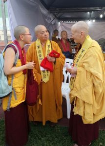 Venerable Wu Yin (center), who has encouraged Western nuns, speaks with Ven. Chodron and her assistant and translator, Venerable Thubten Damcho.