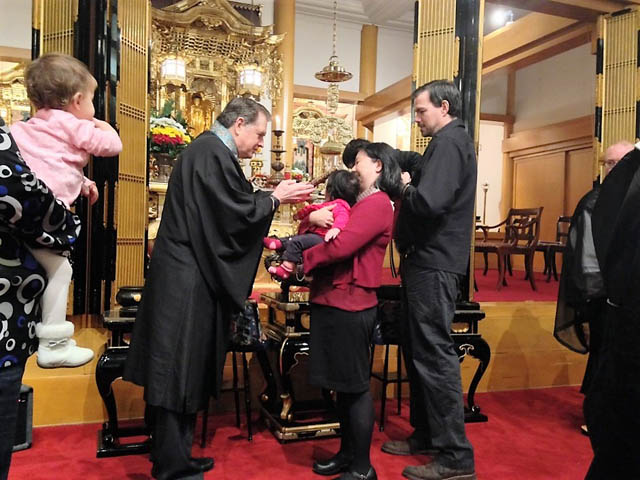 Rinban Don Castro in 2014 welcoming Kenzo Takagi-Spencer to his first official visit to the temple, with mother Midori Takagi and father Aaron Spencer.