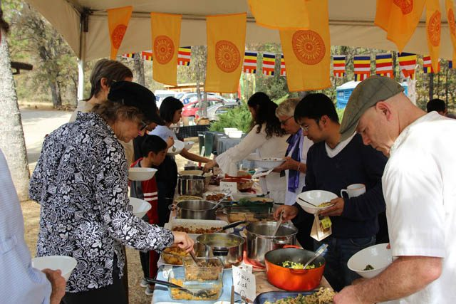 Members of the lay community, come to support Aloka Vihara at the kathina, get their lunches