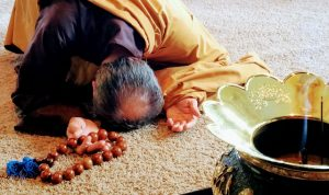Jisen Seido, a student of Koro Kaisan Miles in Olympia, Washington, practices bowing while using a large set of mala beads